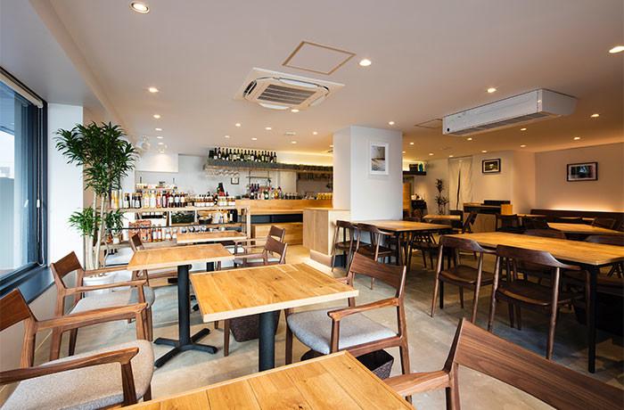 白と木を基調とした店内は、あたたかく開放感のある空間