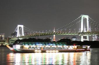 船上からの夜景は迫力もあり、格別です。