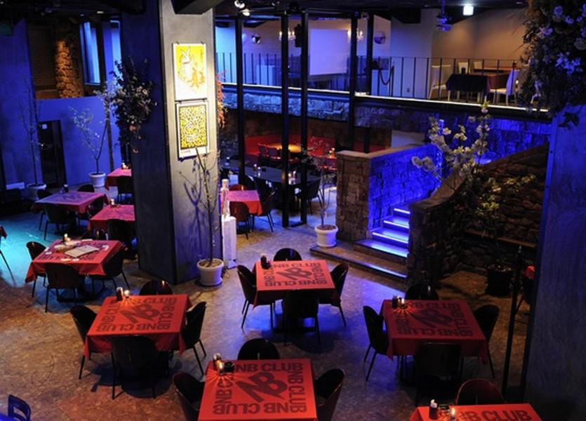 吹き抜けの開放的なデザイナーズレストラン