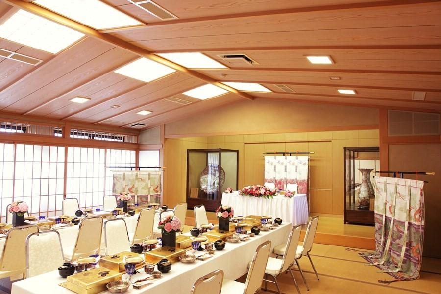 十日恵比須神社神殿の隣にある大広間で本格的な和の雰囲気で披露宴が叶う