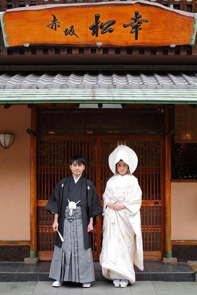すぐ前の護国神社で本格的な神前挙式が可能