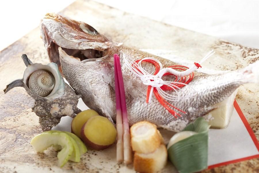 「目出度い=めで鯛(たい)」という言葉の響きから、お祝いの定番