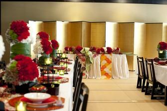 韓紅花-風景を額縁のように切り取る大きな窓に、ドレス姿も着物姿も艶やかに映える