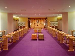 雅楽の生演奏と続き前室を備えた、市内有数の広さを誇る神殿です