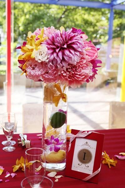 花器に入れたフルーツが清涼感を