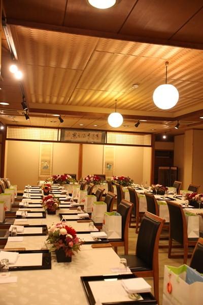 大広間は40名様まで収容可能。テーブルとイスでセッティング。