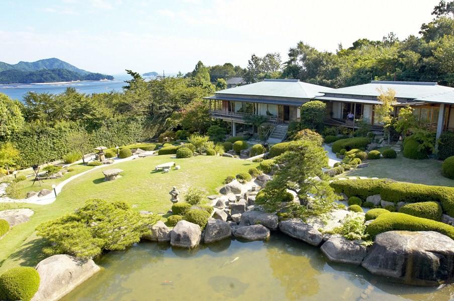 石亭自慢の庭園からは、海が宮島が臨める絶景が広がります。