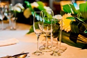 ご親族たちと着席フルコースで会食+ご友人たちと楽しく立食 2部制もOK