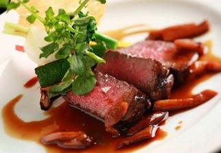 シェフが腕をふるうお料理はイタリアンベースのチャコールグリル