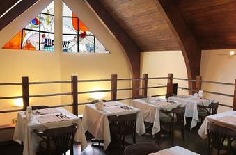 パリンカのシンボルとも言えるステンドグラスが間近にみえる2階席