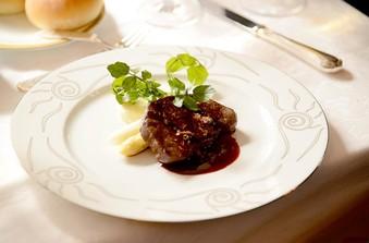 レストランの美味しいお食事でゲストをおもてなし