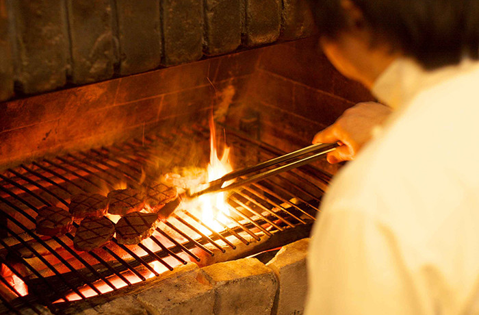 メイン料理は会場内にある暖炉でシェフが実際に調理します