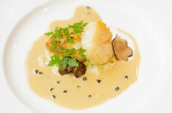 帆立貝のポワレ ポワローのエチュベ トリュフ風味のクリームソース