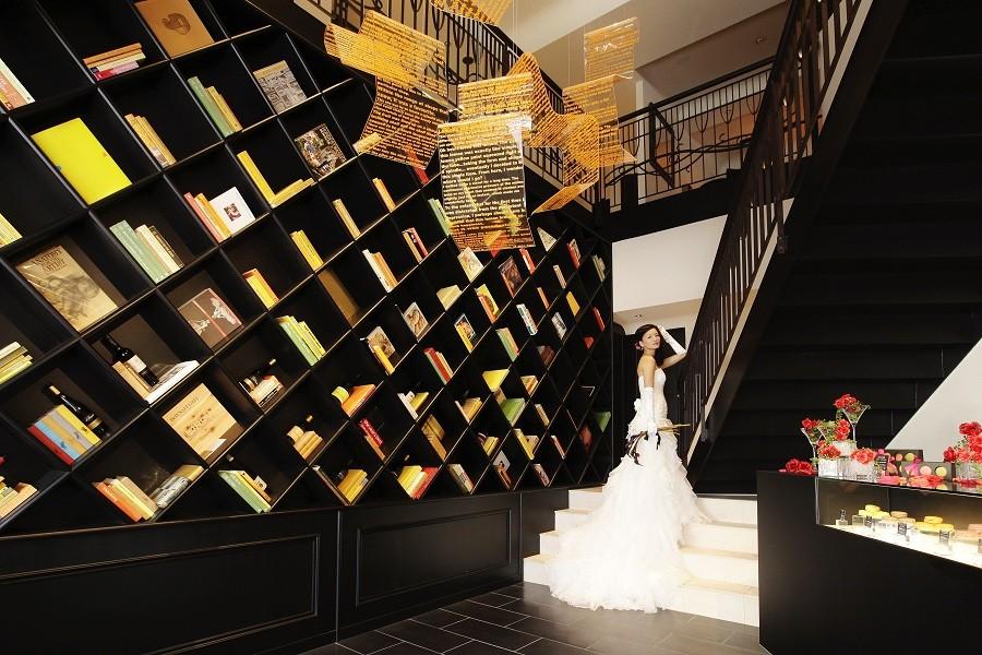 1階のエントランスは天井が吹き抜けになっており、広い空間です。人前式も大人気!