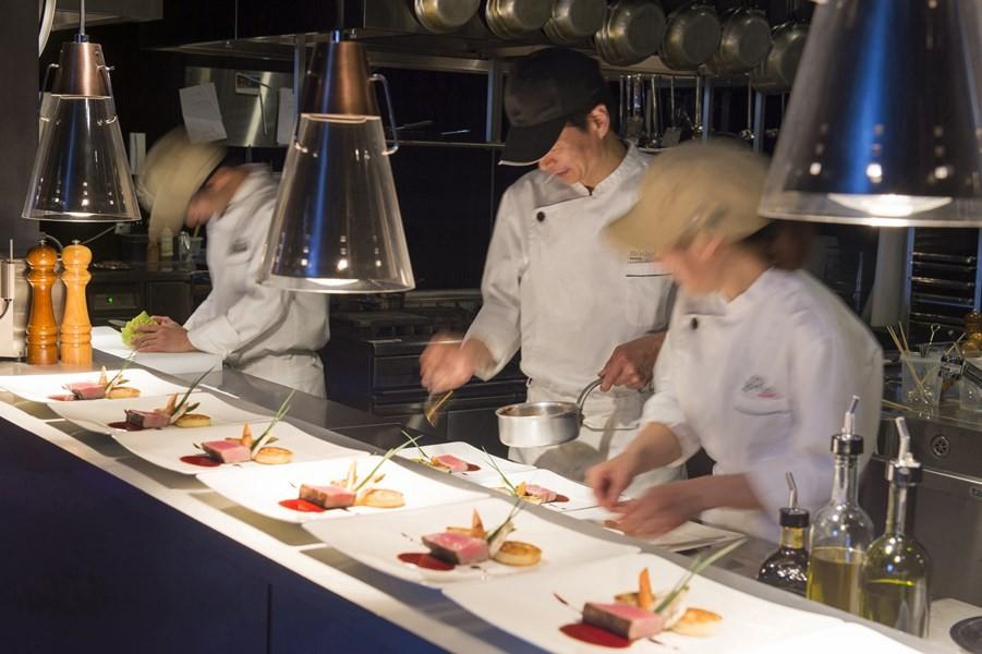 お客様の目の前で調理風景が見えるので安心・安全でワクワク感満載のオープンキッチン
