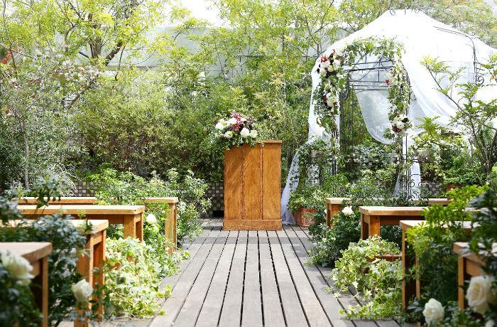 緑や華やかな装花に囲まれたあたたかな雰囲気が魅力
