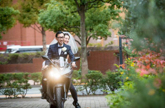 ゲストも驚いたお二人の好きなバイクでの入場