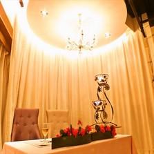 新郎新婦席には、会場の雰囲気に合ったアートフラワーをご用意しています。