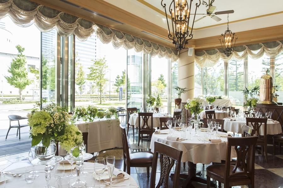 アーチ型の天井やモザイクの床、家具、照明までイタリアを感じさせる店内。