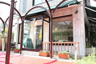 名駅の中の閑静な住宅街に突如として現れるレストラン