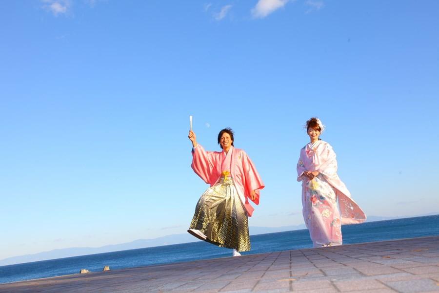 海辺の記念撮影 ・ 海と和装と富士山