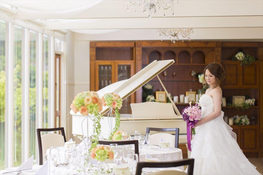 明るい会場にピッタリの白いグランドピアノ。演出の一つに使うのも◎