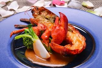 オマール海老を使った鮮やかな料理【オマールのロティ風味豊かなアメリケーヌソース】
