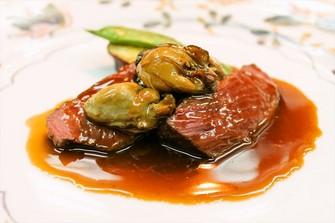 地の食材と、フランスから空輸される食材を季節に合わせてご提供します。