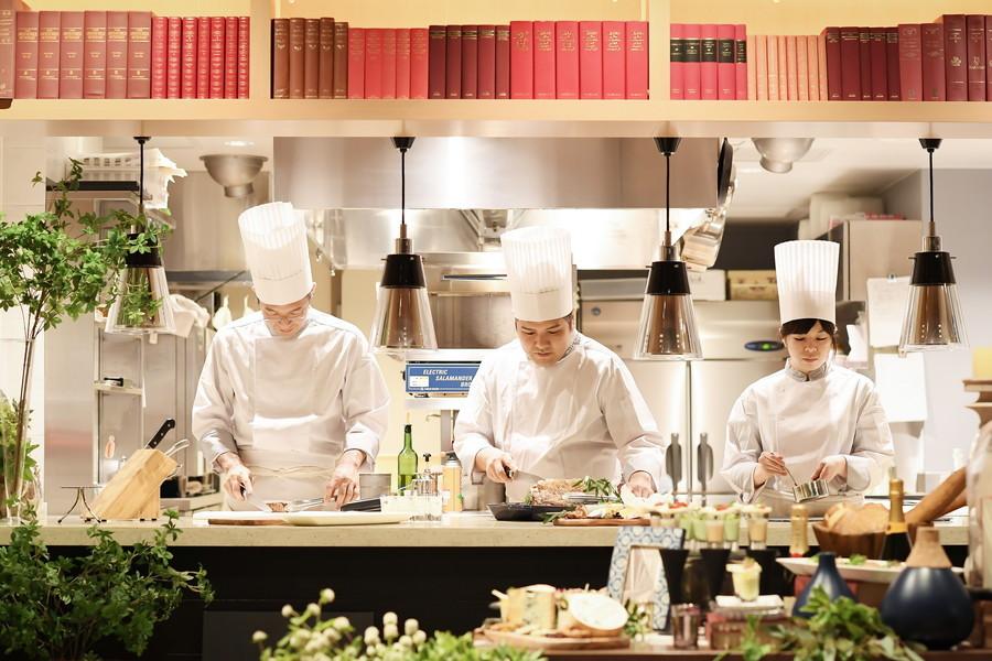 ライブ感抜群のオープンキッチン!お料理重視の方も納得のこだわりフレンチ。