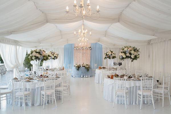 結婚式披露宴会場のテーブルレイアウト