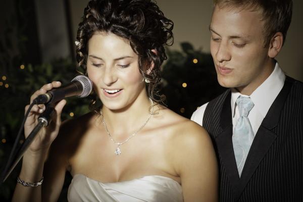 披露宴でスピーチをする花嫁