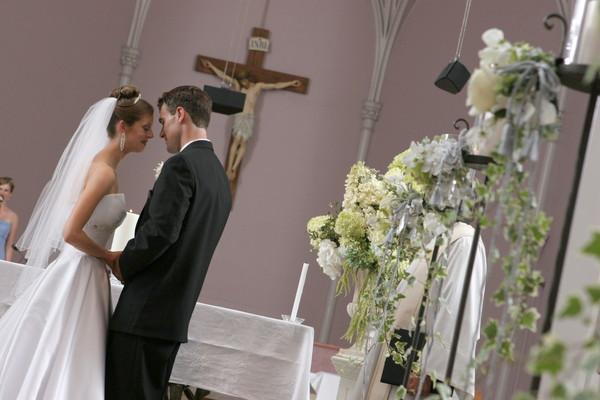 教会で額を合わせる新郎新婦