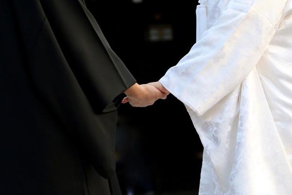 手をつなぐ和装の新郎新婦