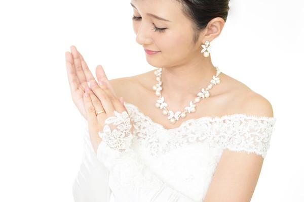 花嫁がネイルを見つめる