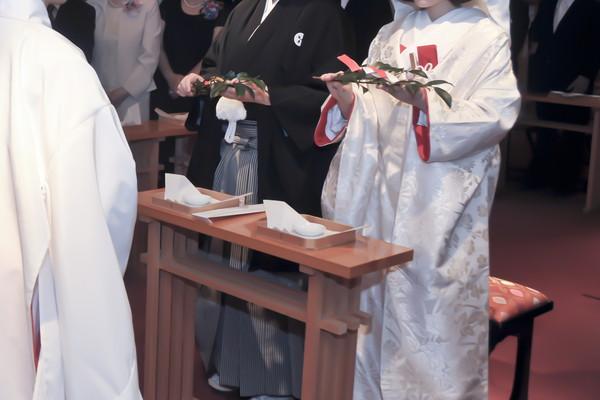 式を執り行う和装の新郎新婦