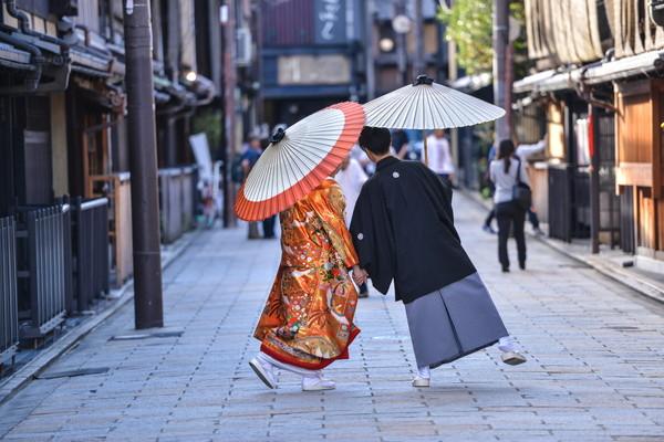 番傘を差す新郎新婦