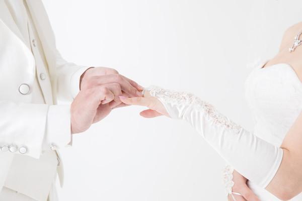新婦の薬指に結婚指輪を贈る新郎