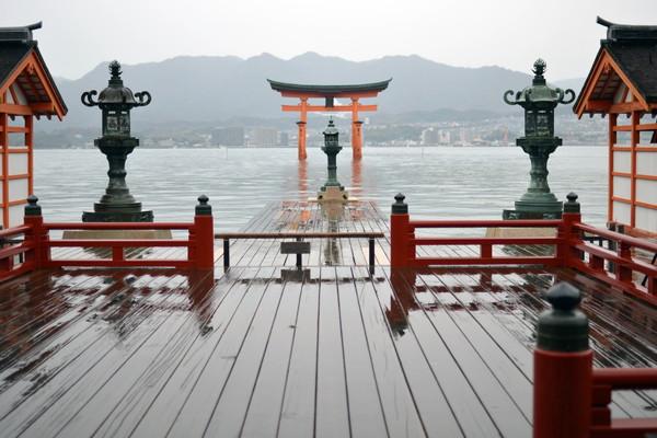雨に濡れる厳島神社
