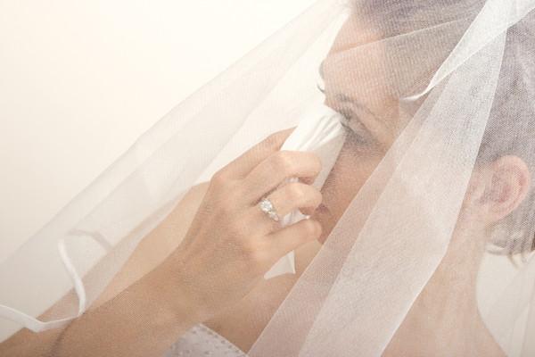 ハンカチで涙をぬぐう花嫁