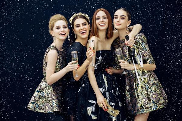 雪の中のパーティーで笑顔の女性たち