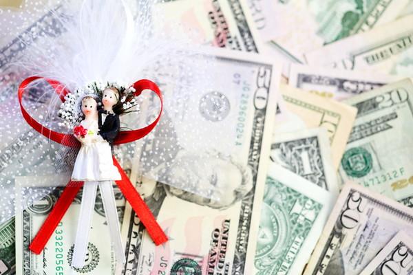 お金と新郎新婦人形