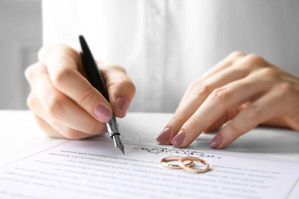 書類と結婚指輪