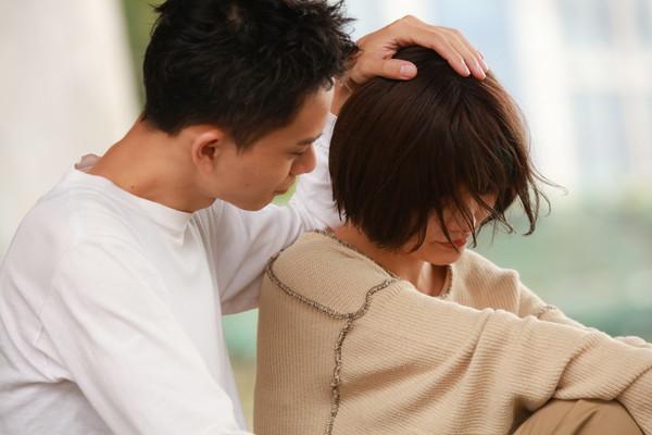 妻を慰める夫