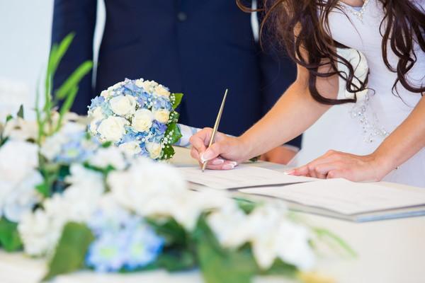 書類にサインをする夫婦