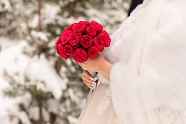 冬の結婚式のお呼ばれドレスを選ぶポイント