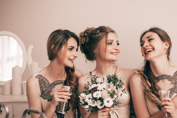 仲良しな花嫁と友人たち