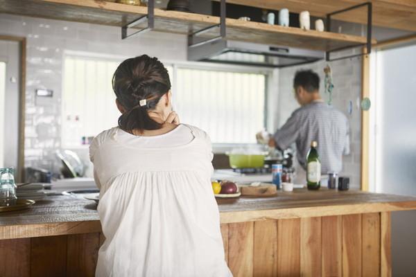 キッチンにいる夫婦