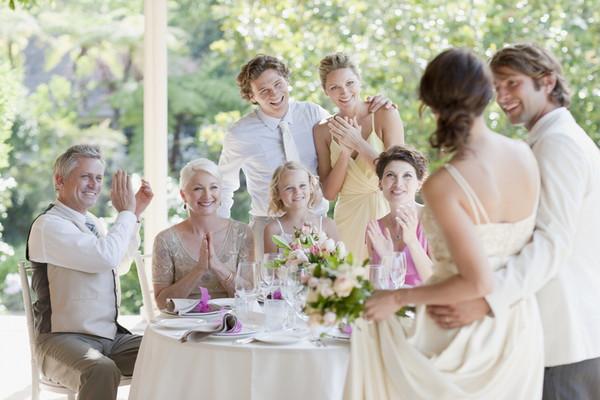親族と談笑する結婚式