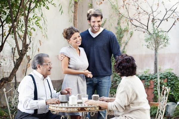 会話する家族