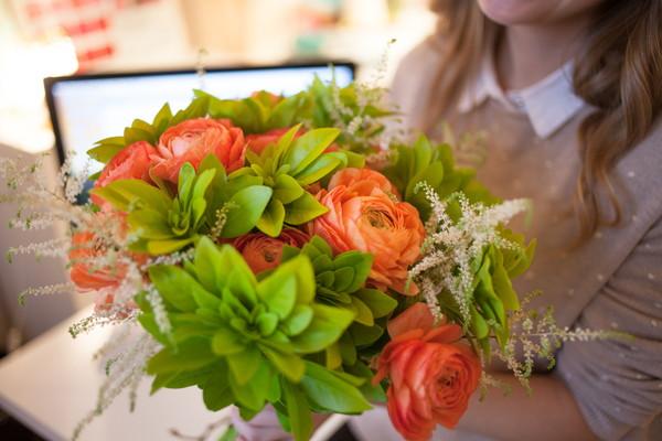 花束をもらう